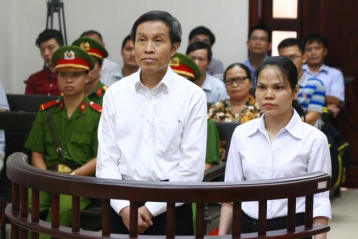 Blogger Anh Ba Sàm tên thật là Nguyễn Hữu Vinh (L) và phụ tá của ông, Nguyễn Thị Minh Thúy, đứng trước vành móng ngựa trong phiên tòa kháng cáo của họ tại Hà Nội, Việt Nam ngày 22 tháng 9, 2016. Nguồn ảnh: VNA / Đoàn Tấn /