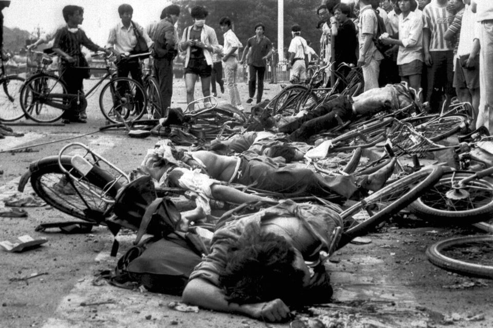 Thường dân chết nằm cạnh xe đạp gãy nát gần Quảng trường Thiên An Môn vào sáng sớm ngày 4 tháng 6, 1989. Nguồn: OntheNet