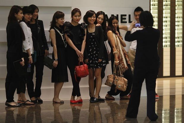 """""""quan bản vị"""" và """"tất cả nhìn về phía đồng tiền: Người trẻ Trung Quốc bên ngoài một cửa hàng Chanel. (Reuters)"""
