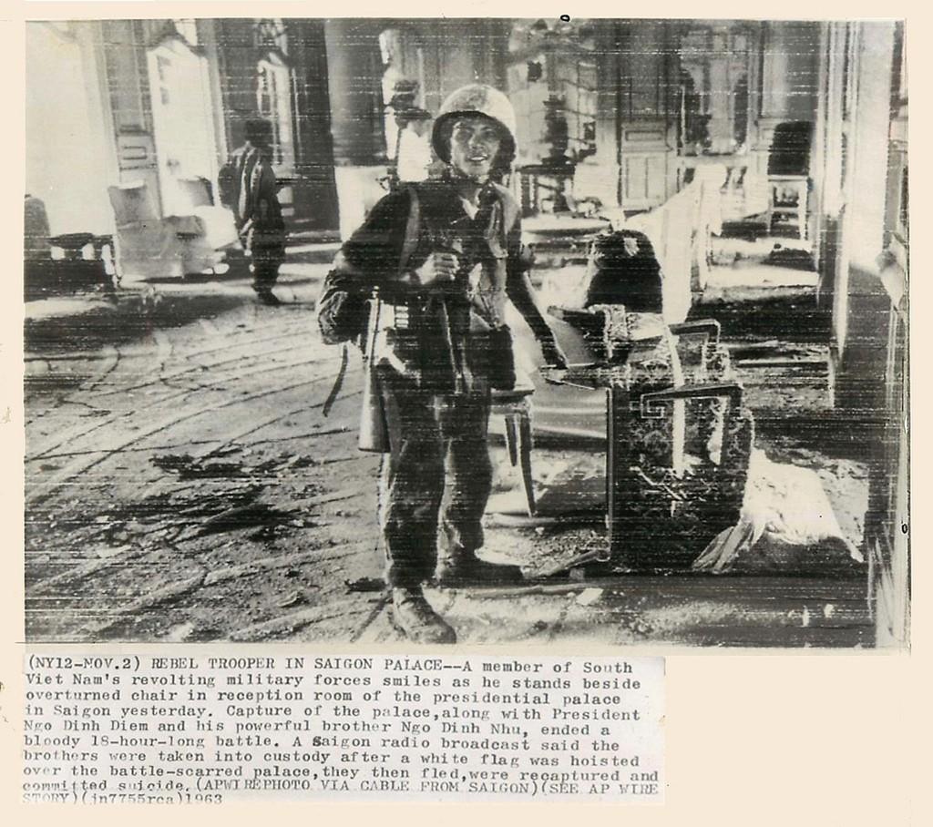 Một quân nhân phe đảo chính tại phòng khánh tiết Dinh Gia Long ngày 2 tháng 11, 1963