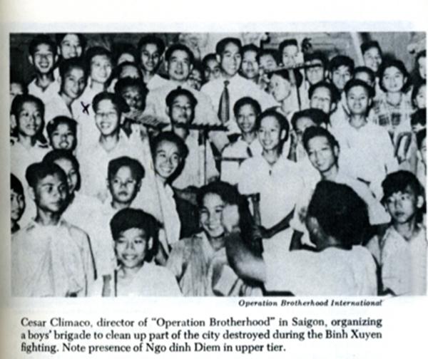 """Cesar Climaco, Giám đốc của """"Operation Brotherhood"""" ở Sài Gòn, tổ chức một nhóm thiếu niên để dọn dẹp một phần của thành phố bị phá hủy trong cuộc gia tranh với Bình Xuyên. Lưu ý Ngô Đình Diệm đứng ở hàng trên. (Nguồn: ảnh minh hoạ của Edward, Geary Lansdale, """"In the Midst of Wars: An American's Mission to Southeast Asia"""", Fordham University Press, March 31st 1991, sau trang 148; phát hành lần đầu năm 1972). DCVOnline: Cesar Climaco là người quay lưng lại, xắp xếp đám đông để chụp ảnh."""