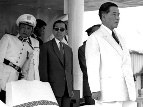 TT Ngô Đình Diệm tại buổi lễ tốt nghiệp khóa 17 Trường võ bị Đà Lạt vào tháng 3/1963 (vài tháng trước khi bị giết). Nguồn: http://petrotimes.vn/