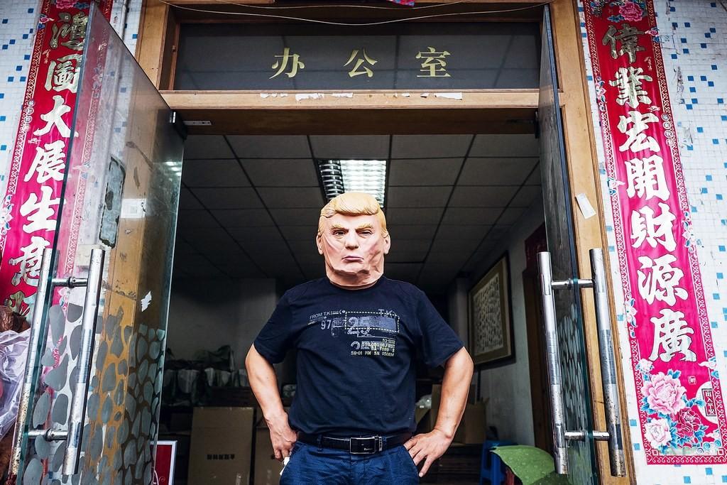 Nhân viên hãng làm mặt nạ Trump ở Trung Quốc. Nguồn: Anthony Kwan/Hetty Images