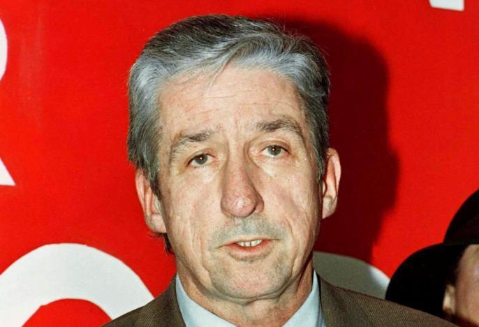 Tom Hayden tuyên bố ứng cử thị trưởng thành phố Los Angeles trong một cuộc họp báo ngày 5 tháng 1, 1997 tại Los Angeles. Nguồn: REUTERS / Fred Prouser / ảnh lưu trữ