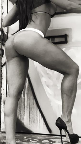 Ổng biết đàn ông muốn gì... quần dây, giày cao gót. -- Howard Stern. guoofnarnh: OntheNet
