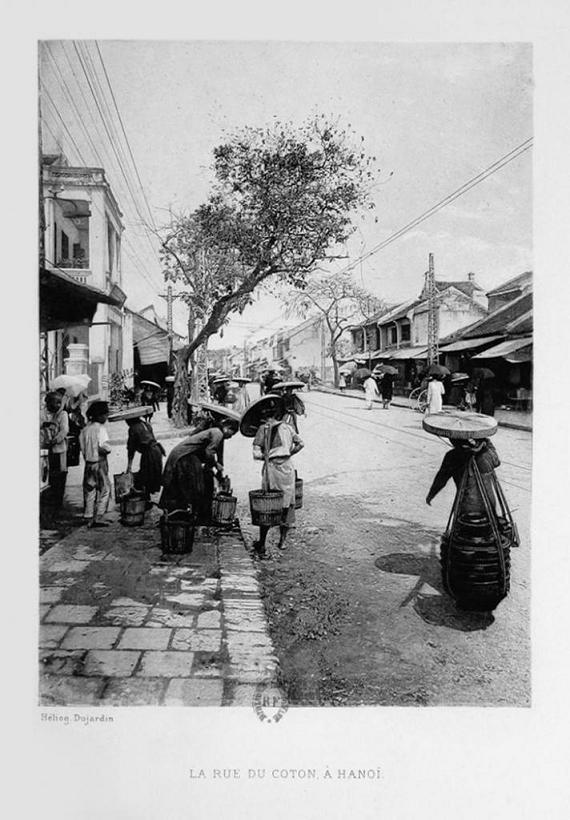 """Phố Hàng Bông Hà Nội. Ảnh in photogravure của Héliog Dujardin. Nguồn: Louis Salaun, """"L'Indochine"""",  Paris : Impr. Nationale, 1903."""