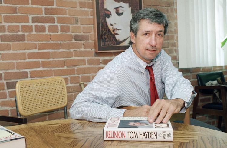 """Tom Hayden thảo luận cuốn sách của ông """"Reunion"""" trong một cuộc phỏng vấn tại văn phòng của ông tại Santa Monica, Calif., vào năm 1988. Vợ ông cho biết ông qua đời Chủ Nhật sau khi một căn bệnh dài. Ảnh: Lennox McLendon / AP."""