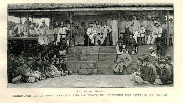 """""""Trên ghế, ông tây chân chữ ngũ, Dưới sân, ông cử cúi đầu rồng(i)  Nhân tài đất Bắc nào ai đó, Ngoảnh cổ mà trông cảnh nước nhà. (ii)"""" (I) Lẩy Tú Xương, """"Giễu người thi đỗ"""". (ii) Vịnh khoa thi Hương  Nguồn ảnh: """"L'Examen des lettres au Tonkin"""".Journal des VoyagesNo 601. Paris, 1889"""