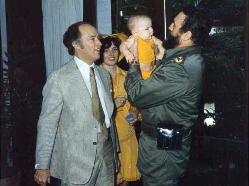 Chủ tịch Fidel Castro bế Michel bên cạnh Pierre và Margaret Trudeau trong chuyến thăm nước Cuba năm 1976. (CP)