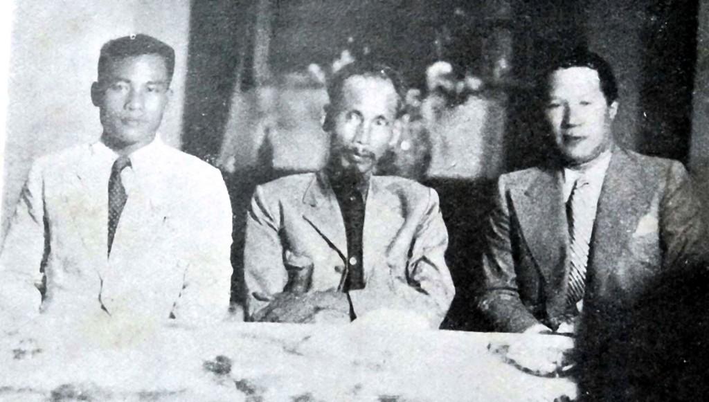 Công dân Vĩnh Thuy (bên phải), cựu hoàng Bảo Đại, sau khi thoái vị, sẽ là Cố vấn Tối cao của chính phủ Hồ Chí Minh (tháng 8 năm 1945). Nguồn:  Henri Estirac - Tháng 11 năm 1945
