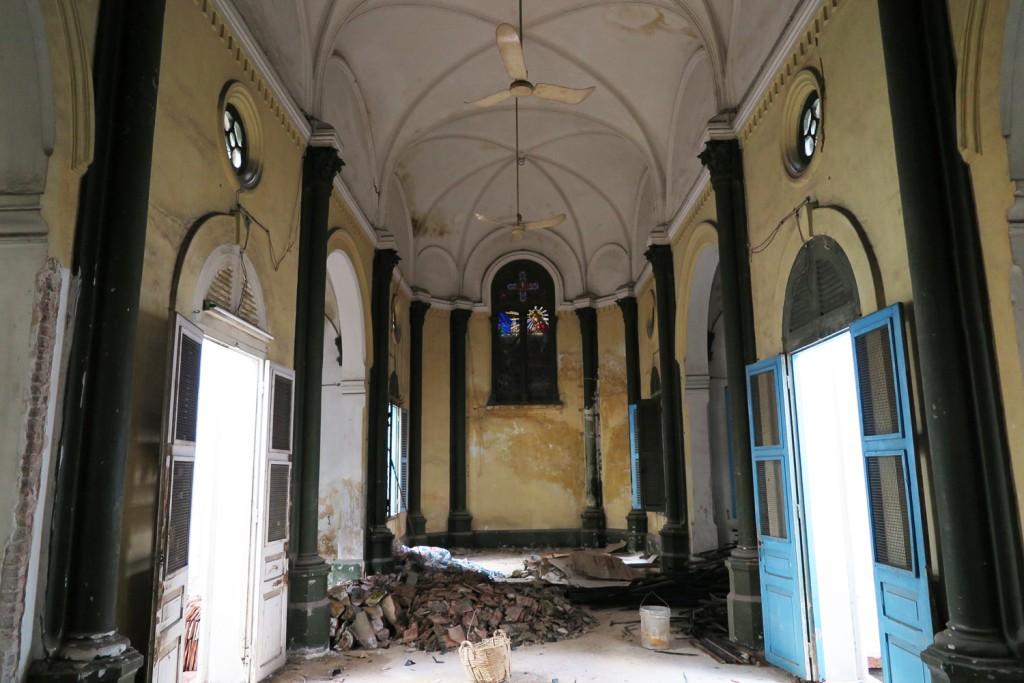 Bên trong nhà thờ của Họi Thừa Sai Paris tại Saigon ( sau lưng Sở Ngoại vụ Thành phố Hồ Chí Minh). Nguồn: http://saigoneer.com