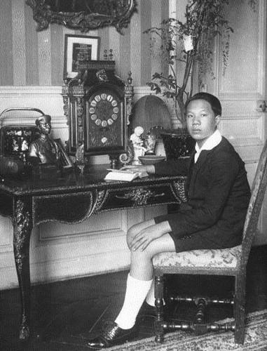 June 1922, Vinh Thuy được vô chồngJean François Eugène Charles nhận làm con nuôi. Nguồn: http://nguyendynasty-vn.tk/