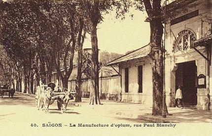 Đường Hai Bà Trưng, thời Phaspp thuộc là rue Paul Blanchy (vua Tiêu). Cồng vàonhà máy làm thuốc phiện trong khoảng 1881-1954.