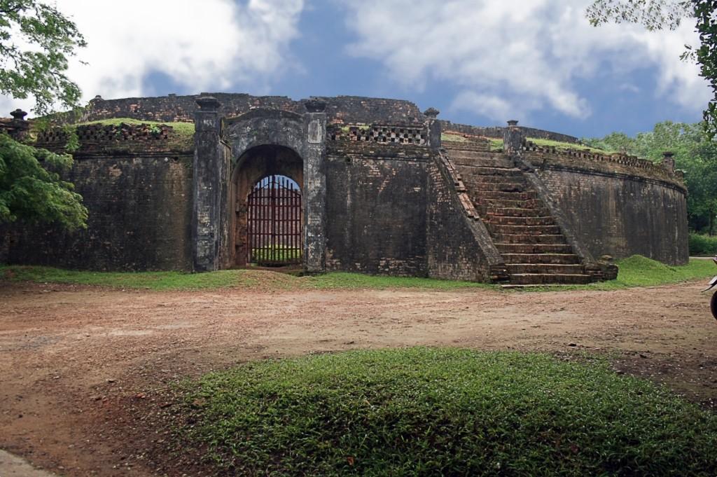 Hổ Quyền là một di tích hết sức đặc biệt trong quần thể di tích cố đô Huế, tọa lạc tại địa phận thôn Trường Đá, xã Thủy Biều, thành phố Huế. Nguồn:  http://www.huefestival.com/