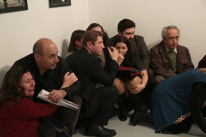 Những người khác núp trong cuộc tấn công tại phòng triển lãm nghệ thuật. Nguồn: Burhan Ozbilici / Associated Press