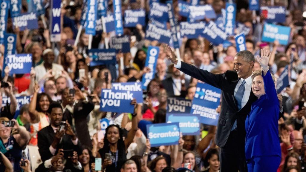Tổng thống Barack Obama và ứng cử viên tổng thống của đảng Dân chủ Hillary Clinton trên sân khấu trong ngày thứ ba của Đại hội toàn quốc của đảng Dân chủ ở Philadelphia, Thứ Tư, ngày 27 tháng Bảy năm 2016. Nguồn: AP Photo / Andrew Harnik.