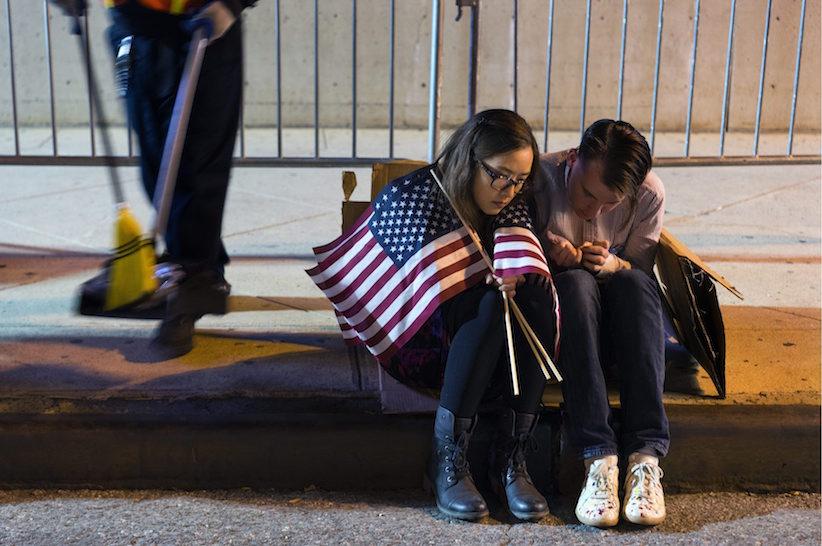 Bên ngoài Trung tâm Javits Jacob chờ đợi kết quả cuộc bầu cử sau một cuộc biểu tình ủng hộ ứng cử viên Tổng thống của đảng Dân chủ Hillary Clinton ở New York Thứ Tư, 9 Tháng Mười một, 2016. Nguồn: AP Photo / Craig Ruttle.