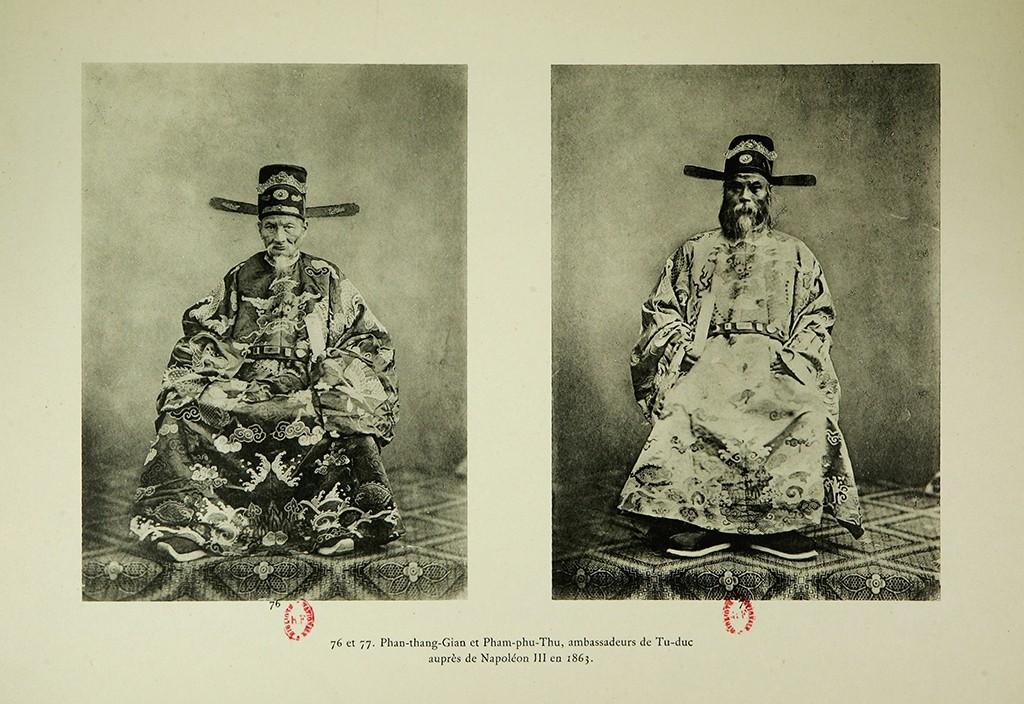 Chánh sứ Phan Thanh Giản và Bồi sứ Nguỵ Khắc Đản trong Sứ đoàn Việt Nam sang Pháp năm 1863. Nguồn:  Flickr. (Chú thích tiếng Pháp ghi lầm Bồi sứ là Phod sứ Phạm Phú Thứ).