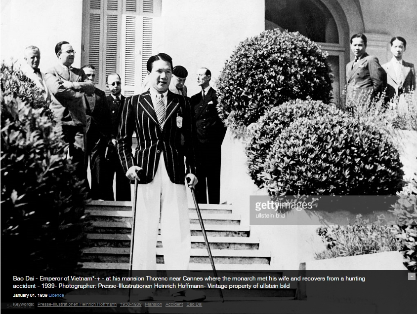 Bảo Đại vẫn còn chống gậy (vì vết thương gẫy chân) trước lâu đài Thorenc, 1939. Nguồn: Getty Images