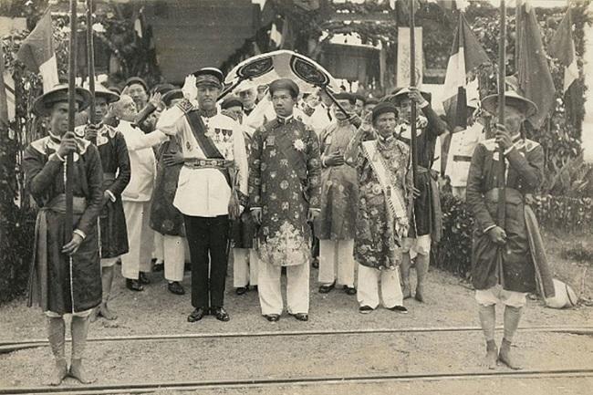 Bảo Đại và  Nguyễn Hữu Bài (bên phải dơ tay chào). Huế, 1933. Nguồn OntheNet