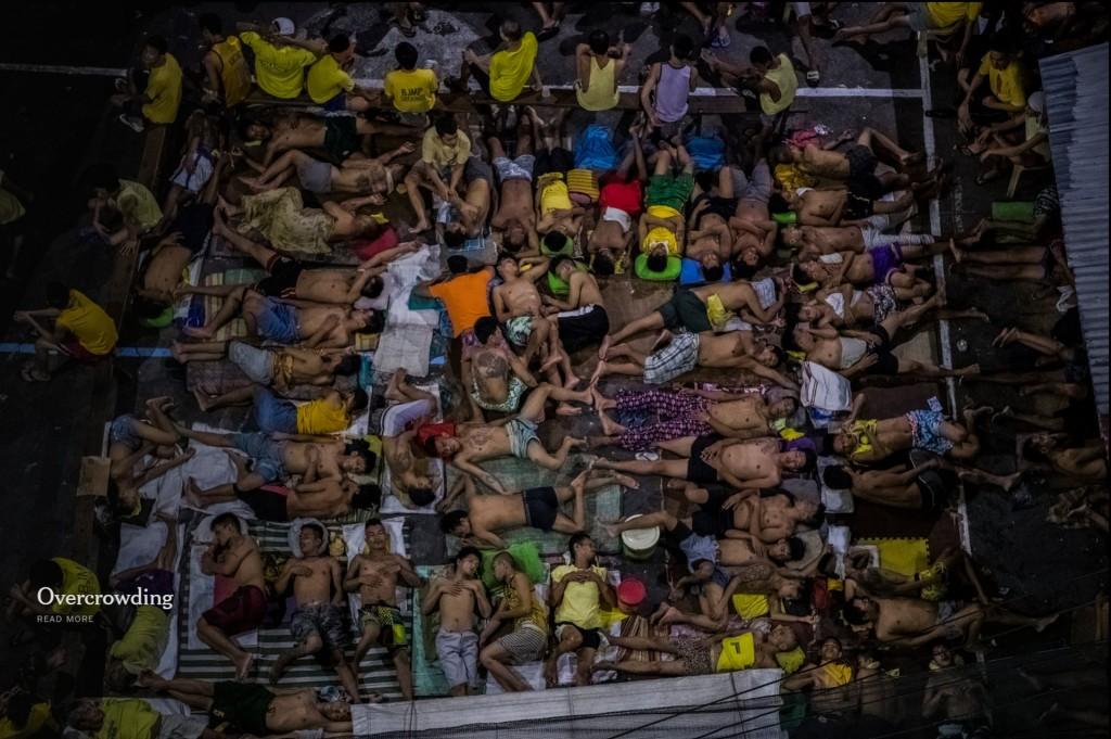Tình trạng quá tải | Sân bóng rổ trong nhà tù Quezon City đã trở thành một khu để ngủ.