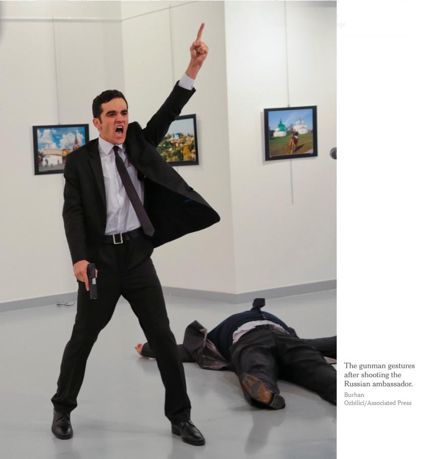 Sát thủ sau khi bắn chết Đại sứ Nga. Nguồn: Burhan Ozbilici / Associated Press