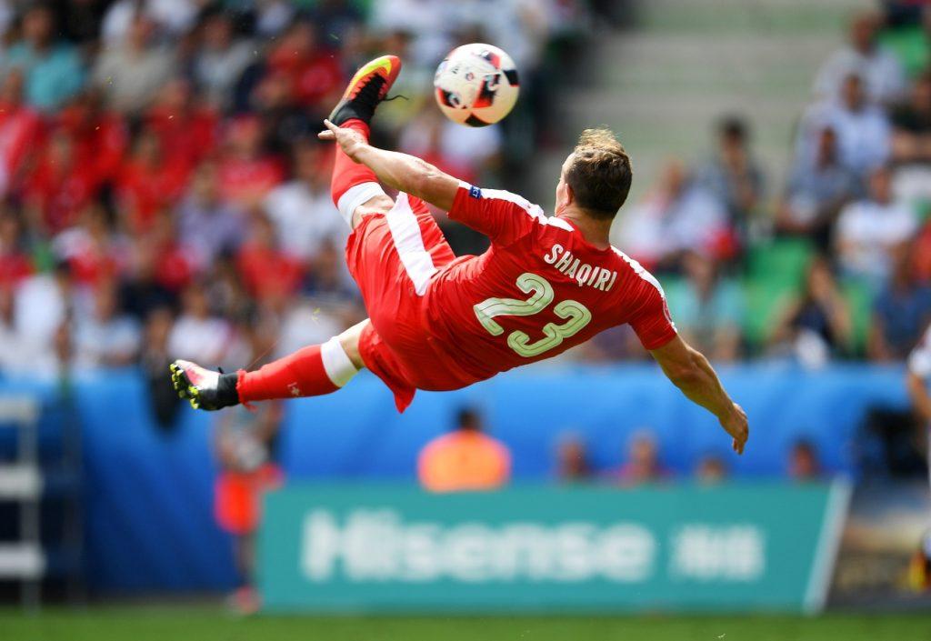 SAINT-ETIENNE, PHÁP - ngày 25 tháng 6: Xherdan Shaqiri của Thụy Sĩ ghi bàn thắng đầu tiên của đội trong vòng UEFA EURO 2016 trong 16 trận giữa Thụy Sĩ và Ba Lan tại Stade Geoffroy-Guichard vào ngày 25 tháng 6 năm 2016 tại Saint-Etienne, Pháp. (Ảnh của Laurence Griffiths / Getty Images)